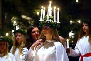 Förra årets lucia, Carolina Hallström kröner Sara Persson, Gävles lucia 2003, genom att fästa luciasmycket kring hennes hals. Foto: Annakarin Björnström