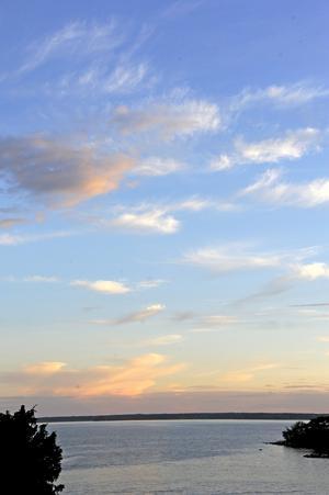 Tunna vita molntrådar som drar upp på en annars klarblå himmel är mer hotfulla än de ser ut.