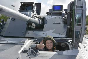 Försvarsminister Karin Enström (M) testade stridsfordon under sitt senaste besök i Örnsköldsvik.