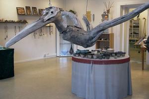 Likt en urtidsfågel svävar denna skapelse fram av Inga Hjohlman och som dominerar luftrummet i galleriet i Alfta.