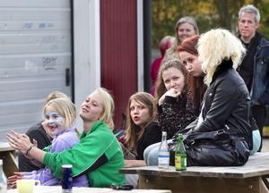 Publiken på ungdomsgårdens baksida trivdes i försommarkvällen.