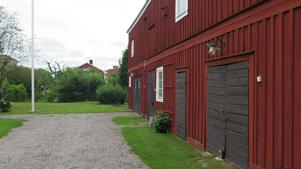 I den gamla ladugårdslängan har Carina Berglund sitt kontor i ena änen. I den andra bor hönorna.