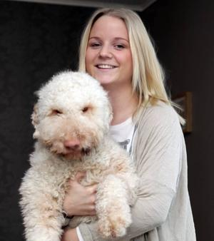JONNA MED KELGRISEN. Cuddly är en hund av rasen lagotto, som anses vara mer allergivänlig än de flesta andra raser. För Jonna, som tidigare inte tålde några pälsdjur alls, var han hett efterlängtad när han kom för ett år sedan.