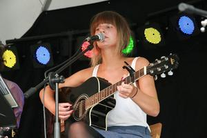 Elina Bernulf sjöng under Playwood-festivalen i Edsbyn. Hon sjöng bland annat Bob Dylans Blowing in the wind.