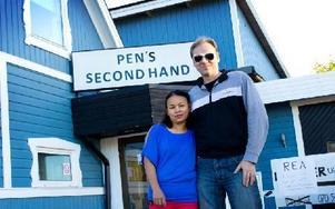 Pen och Sören Gabrielsson äger Pen's Secondhand i central Avesta. Foto: Sofie Lind
