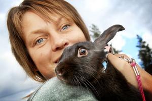 Anna Englund hade tre kaniner med sig på tävlingen. Här tillsammans med Solrosenknytt, ett namn som är taget från den gård som fött upp kaninen.