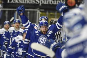 Jesper Ollas jublar efter 2-1-målet under fredagens SHL-match mellan Leksands IF och Färjestads BK i Tegera Arena.
