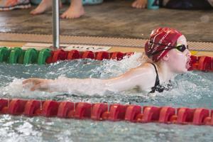 Iris Zachrisson, 11 år, här i fjärilsim, en av åtta simmare från Härjedalens simklubb i Vårsimiaden i Östersund.