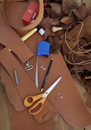 Läder finns i oändligt många skepnader, tjocklekar och strukturer. I Monica Karlsteins gömmor finns material för många framtida projekt.