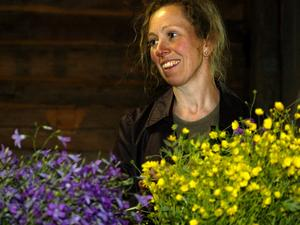 Färgrikt. Lilian Perers blandar violett och gult.