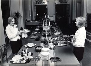 December 1970. Julbord dukas fram på Stadshotellet.