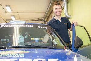 Magnus Proos med sin numera klassiska blåa Saab som går som ett skott med Magnus bakom ratten.