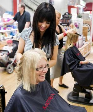 STEG 1 – FRISYREN. Elisabeth Unell har spikrakt, typiskt nordiskt hår. Hon klär i blont men det behöver hända något i håret. Vi ber frisören Maria Hjortsberg på Klippstugan om volym.