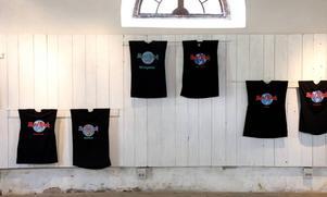 Bara en del av alla Hard rock café-tröjor som hänger längs järnbodens långa vägg.