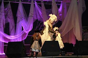 Janina Stoor med döttrarna Idun och Saga, skötte konferencierandet.