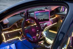 Youssif har rustat sin taxibil själv för att få den att leva upp till firmanamnet Taximoderna.