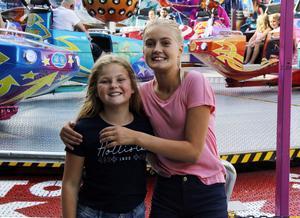 Kajsa Sörehall, 10, och Felicia Strand Paurell, 12, hade ett konstant leende på läpparna under besöket på Nya Stadsfesten i Gävle.