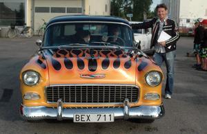 Christer Edströms poserar bredvid en av deltagarbilarna. Den egna bilen blev det däremot inte många vändor med under kvällen.