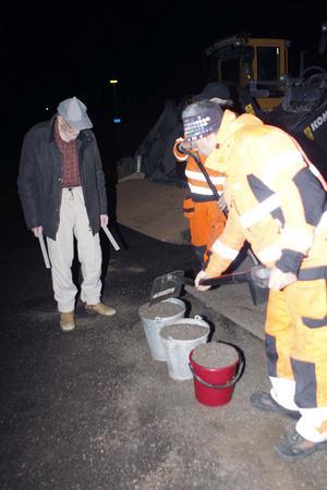 Bror Persson får hjälp av Sven Wåhlander och Anders Sjöholm som fyller hans hinkar med sand.