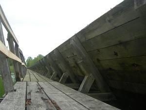 Bastanta men murkna plankor. Den gamla flottningsleden är långa sträckor hopbyggd med en gångbana av plankor.