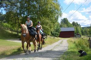 Ida Isolehto på Stjärna rider längst fram, med Irma Isolehto på Estelle efter.
