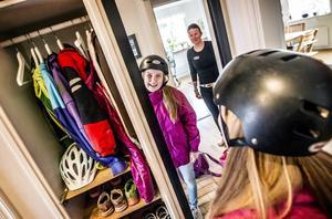 Åsa Westling ser till så att dottern Emma Lindqvist knäpper hjälmen.