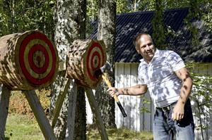 Olof Nilsson från Röfors vet hur man kastar en yxa.