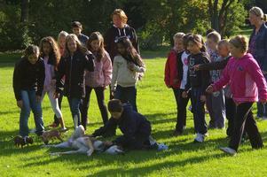 Leo:Det finns hopp om mänskligheten när barn med ursprung från många länder ger sig tid att kela med oss hundar!
