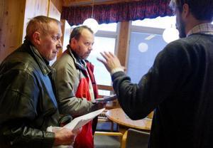 Markägarna Kent Högberg och Sander Engelin vill upplåta sin mark för vindsnurror, men de vill att alla markägare ska få del av förtjänsten.