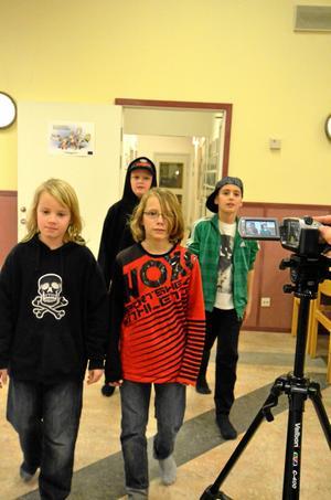 Skådespelare på språng. Ekeby skolas matsal blir plats för en filmsekvens.