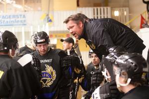 FAIK:s tränare Mattias Karlsson ställer krav på sina spelare till dagens match.