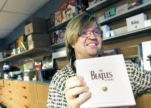 BEATLES GÅR BRA. - Det har gått mycket bättre än vad jag väntade mig, säger skivhandlaren Magnus Bergström och visar Beatles-boxen som sålt bra under de första dagarna i den nya butiken.