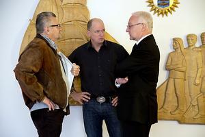 Advokat Leif Andersson i samspråk med två av markägarna som har stämt Lennart Karlström,