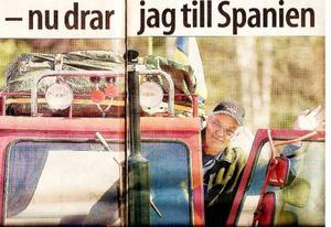 Tidningsklipp från 2005. Bertil på väg med traktor.