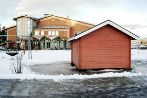 Lekstugans nya placering framför Dvärsätts skola stämmer bra överens med detaljplanen, men flytten av den kostade samhällsbyggnadsnämnden en straffavgift.