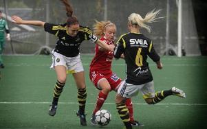Kvarnsvedens Jennifer Jonasson konstaterar att det blir svårt att forcera två AIK-spelare.Foto: Staffan Björklund