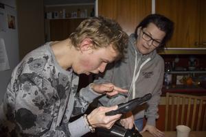 På sin Ipode visar Johan filmer på när han åker hiss. Det är en lika stor passion som hockeyn.