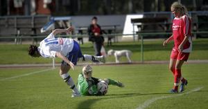 Trönös målvakt Anna Lundgren greppade bollen framför Petra Andersson i Enånger/Iggesund.