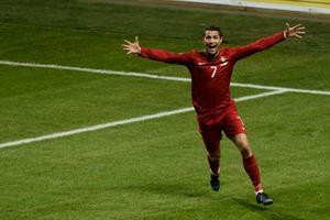 Portugals Cristiano Ronaldo jublar efter att ha 2-3 målet under tisdagskvällens andra och avgörande playoff-match mellan Sverige och Portugal på Friends Arena i Solna.