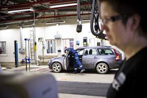 I bakgrunden blir bilen besiktigad. Då tog optiker Viktoria Edlund hand om bilföraren för att kontrollera synen.