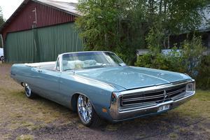 En Chrysler från 1969 stod något dold bakom Wheels Magazines scen.