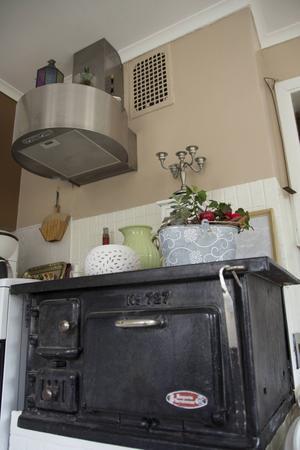 Gammalt möter nytt i köket efter att en ny fläkt installerats.