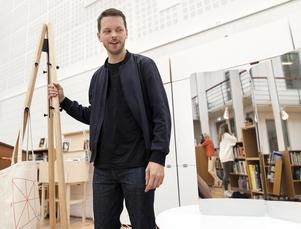 Den norske ljus- och möbeldesignern Daniel Rybakken tilldelas Torsten och Wanja Söderbergs pris om en miljon svenska kronor vid en prisceremoni på Röhsska museet i Göteborg. Här med en tamburmajor och en spegel han designat.