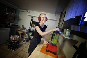 Tack vare näringsinnehållet väljer vegoinspiratören Lotta Ekström grönsaker framför frukt när hon gör sina smoothies. Men det är aldrig fel att blanda.