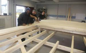 Omar Edris Salih, Abdulkader Houbou och Mikael Jernström bygger kommunens nya välkomstskyltar.