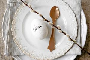 Kalkonäggen är lite prickiga i skalet. Skriv namn direkt på ägget och använd som placeringskort. En videkvist passar också fint som dekoration.