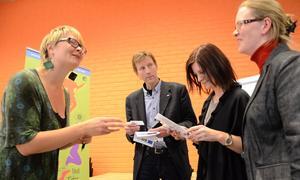 I samband med årsstämman i Hällefors folkhögskola genomfördes en mässa med Leader-projekt. Här berättar Vivi Båvner om Sommarlovsprojektet för Lars Lindblom, Maria Sjöberg och Barbro Fischerström.