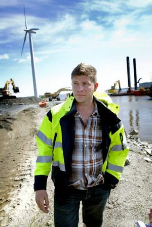 """LEDER MUDDRINGEN. Jonas Rahm är teknisk chef i Gävle hamn och projektledare för muddringen. """"Det blir som betong"""", beskriver han resultatet av den unika blandningen mellan cement, flygaska, merit och förorenade muddringsmassor man ska bygga upp de framtida kajerna med."""