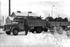 Från Nyköping körde Kurt Jonsson importerade Nuffield-traktorer till Hara för påbyggnad av lastare. Foto från 1955.Sandberg & Jonsson var tidigt ute med sin rullande reklam för Messmörsstaden Östersund. Här en reklammålad släpvagn från början av 60-talet. Foto: Okänd
