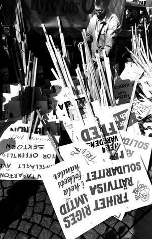 Plakat och banderoller som snart ska bäras i majtåget 1984.